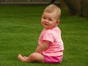 bambino su erba sintetica